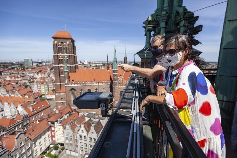 Czy na tarasie widokowym wieży Ratusza Głównomiejskiego w Gdańsku też można zakazić się koronawirusem? Jasne że tak. Od soboty, 10 października, wszędzie trzeba chodzić w maseczkach - nawet na spacer po plaży