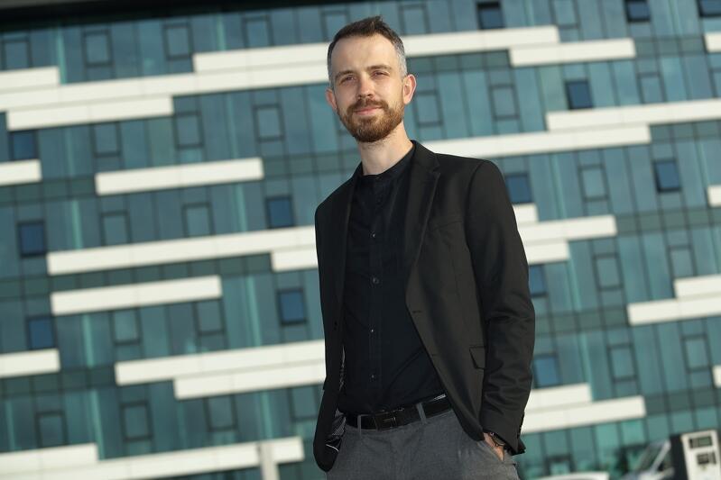 Maciej Cieślik wiceprezes zarządu InvestGDA (Gdańska Agencja Rozwoju Gospodarczego), w tle Centrum Biurowe KOGA