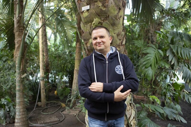 Nz. dr hab. Piotr Rutkowski z Wydziału Biologii Uniwersytetu Gdańskiego. Mężczyzna od trzech lat monitoruje i wspiera swoją wiedzą wykonawcę robót budowlanych w palmiarni, aby rośliny mimo wydłużającego się remontu pozostały w jak najlepszej kondycji