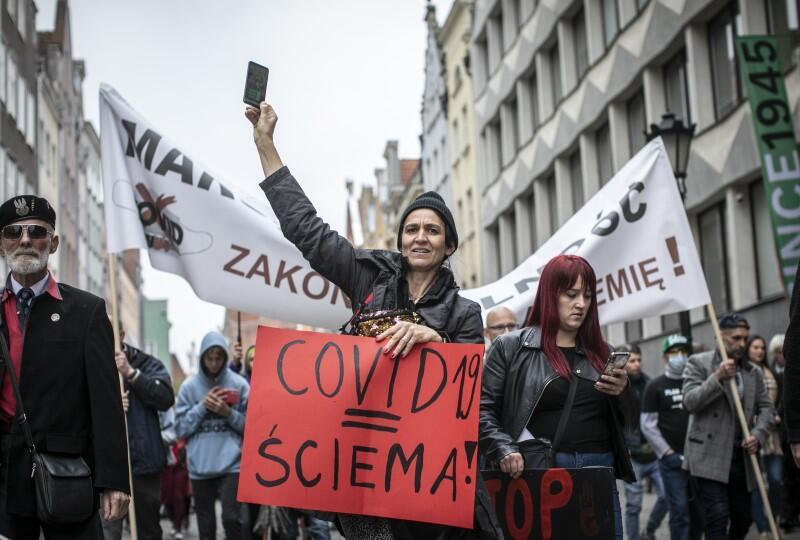 Zgromadzeni w sobotę, wczesnym popołudniem, na Długim Targu, antycovidowcy  nazwali swój protest  marszem o wolność