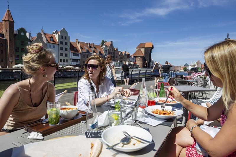 W lipcu turyści tłumnie odwiedzali Gdańsk mimo pandemii, korzystali z oferty turystycznej. NZ. (od lewej) Panie Kasia, Asia i Ania przyjechały do Gdańska wraz z dziećmi z Kielc i Gdyni.