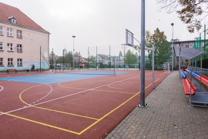 Zielona Klasa mieści się na tyłach Szkoły Podstawowej nr 24 w Gdańsku. Placówka może pochwalić się już nowoczesnym boiskiem, przeszła ponadto termomodernizację