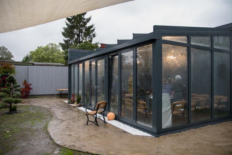 Głównym miejscem zajęć w Zielonej Klasie jest przeszklony domek. Na zewnątrz znajduje się stacja meteorologiczna, jest też miejsce, by w przypadku ładnej pogody, prowadzić lekcje na zewnątrz