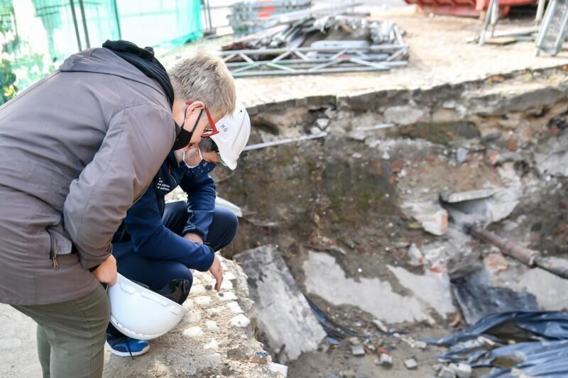Gdańsk. Wielki Młyn, archeolodzy przyglądają się odkryciu w miejscu, gdzie prowadzone są wykopaliska