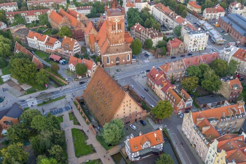 Z lotu ptaka: Wielki Młyn znajduje się w centralnej cześci zdjęcia; powyżej - kościół św. Katarzyny