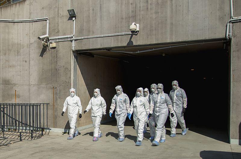 Grupa osób pracujących w mobilnym laboratorium w drodze na stanowisko pracy