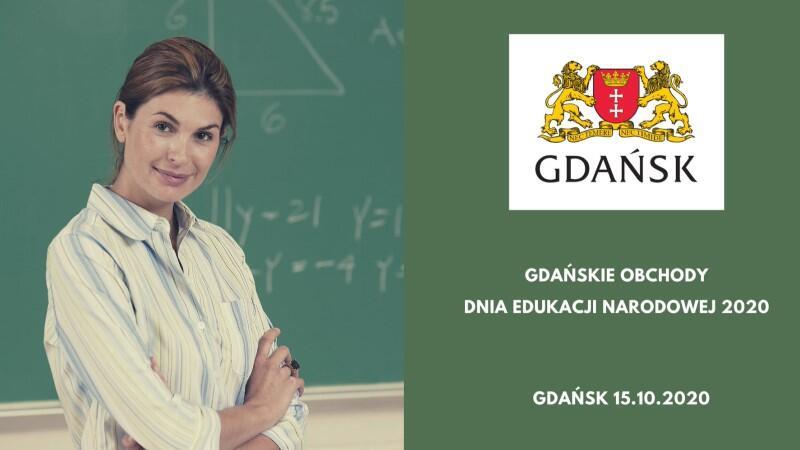 Jest to prostokątna ilustracja utrzymana w kolorystyce zieleni. Po lewej stronie widzimy uśmiechniętą młodą nauczycielkę w jasnej bluzce, stojącą na tle szkolnej tablicy, która jest zapisana wzorami matematycznymi. Po prawej znajduje się herb Miasta Gdańska i poniżej napis Gdańskie Obchody Dnia Edukacji Narodowej 2020