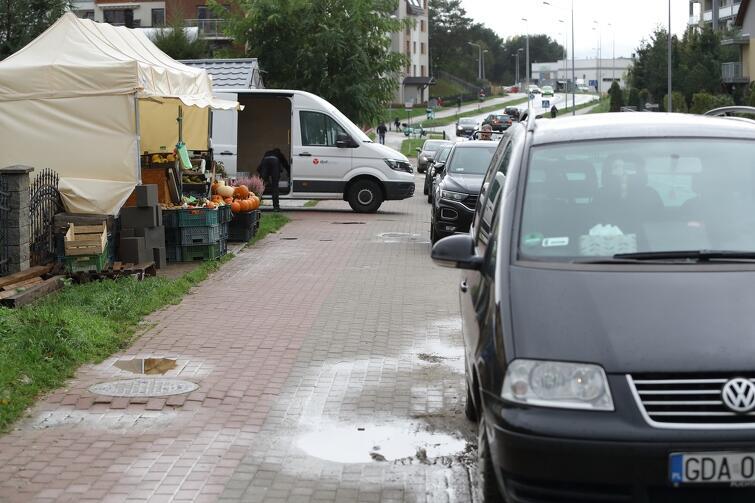 Działalność warzywniaka przy ul. Myśliwskiej bywa dość problematyczna dla pieszych
