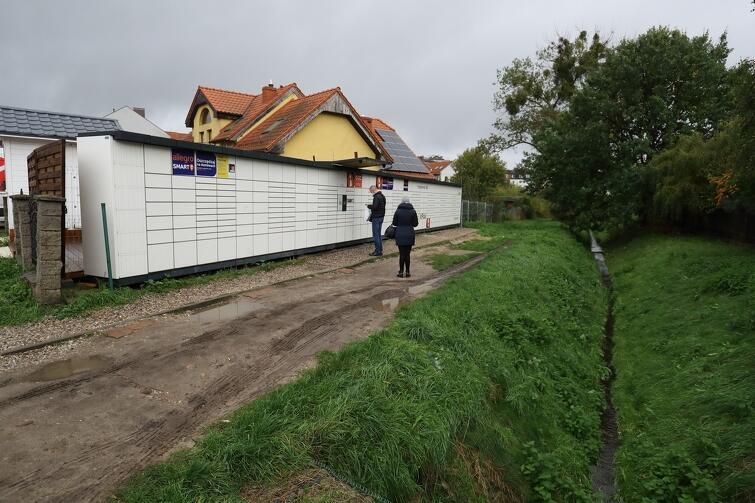 Z paczkomatu przy ul. Myśliwskiej korzysta wielu mieszkańców. Problem w tym, że wielu z nich podjeżdża na miejsce samochodem parkując go na chodniku