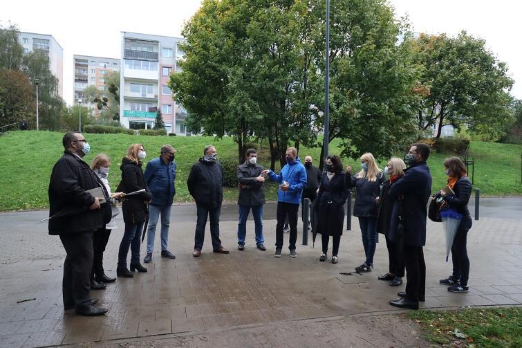 Przy ul. Gojawiczyńskiej, w sąsiedztwie SP nr 1, dyskutowano o tym, czy należy, i ewentualnie w jaki sposób, poprowadzić dodatkowy przejazd drogowy dla samochodów