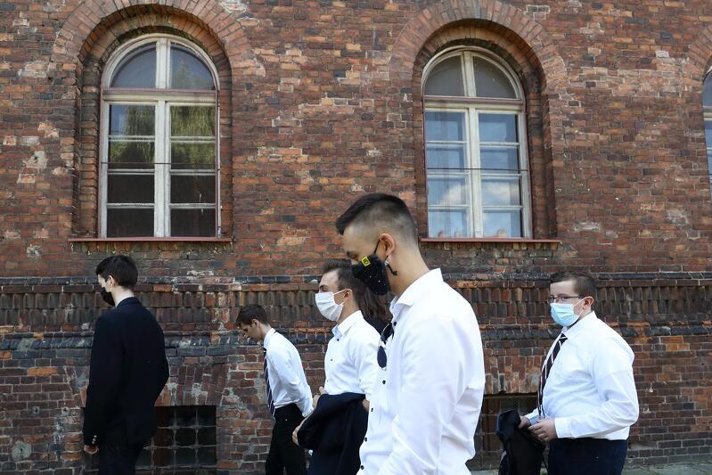 Koniec roku szkolnego 2019/20 w jednej z gdańskich szkół średnich. Początek kolejnego wyglądał tak samo....