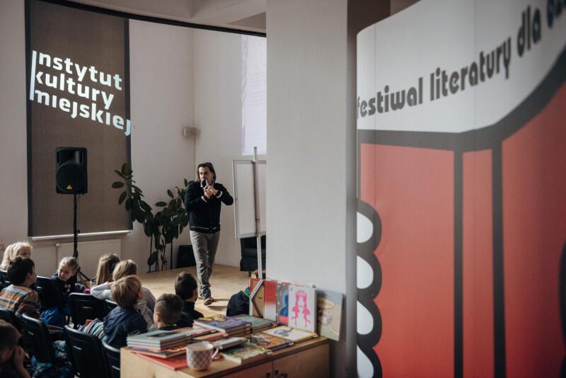 Festiwal Literatury dla Dzieci już od kilku lat jest uwielbiany przez dzieci i rodziców, przyciąga bogatym programem i rozwija kreatywność i chęć do czytania. W tym roku w Gdańsku odbywa się w dużej mierze online - od 13 do 17 października