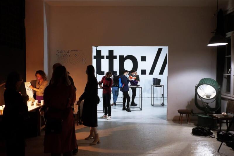 """Otwarcie wydarzenia """"Nakład własny #3. Festiwal artystycznych wydawnictw o sztuce"""" odbyło się w czwartek, 15 października, wernisażem wystawy w Luks Sferze. Na pozostałe części programu organizatorzy zapraszają online"""