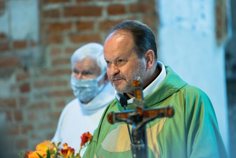 Ks. Krzysztof Niedałtowski podczas mszy św. w kościele św. Jana w czerwcu br.