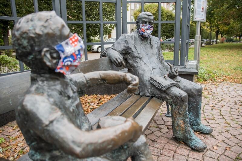 Znajdujący się we Wrzeszczu pomnik Guntera Grassa i Oskara - bohatera powieści Blaszany bębenek. Obaj w maseczkach