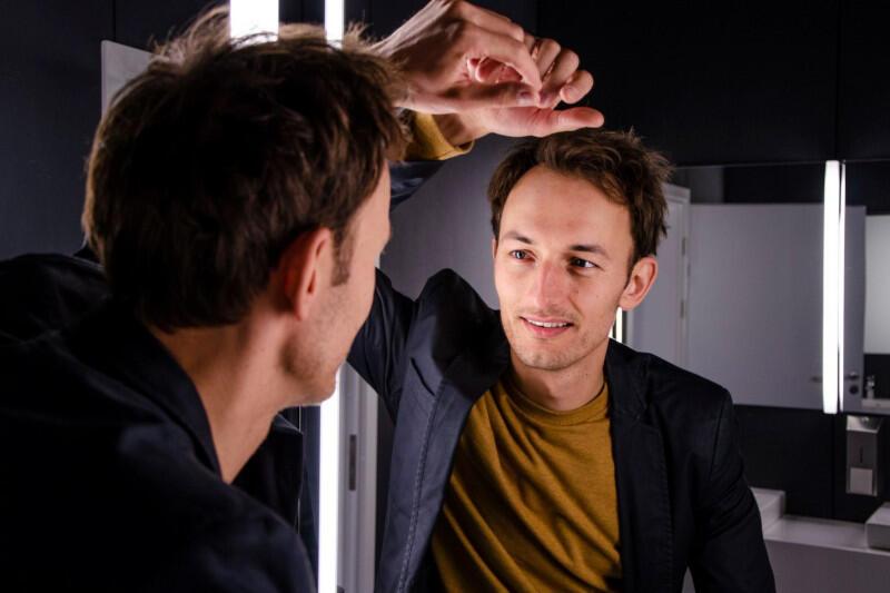 """W jedną z głównych ról w sztuce """"Scrolling"""" Aleny Ivaniushenko wcieli się Mateusz Deskiewicz - popularny trójmiejski aktor dramatyczny i musicalowy, znany m.in. z kreacji w spektaklach """"Hairspray"""", """"Chłopi"""", """"Zły"""", """"Avenue Q"""", """"Lalka"""", """"Shrek"""" czy """"Kiss Me, Kate"""""""