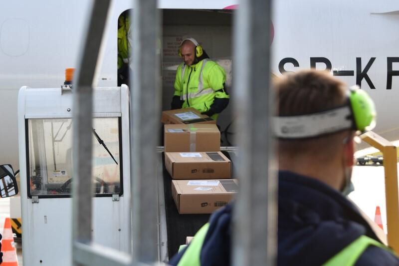 Pierwsze paczki przesyłane za pośrednictwem DHL są już na taśmociągu, który przenosi je do luku samolotu