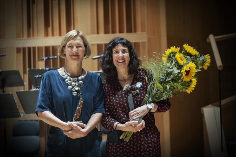 """Europejską Poetką Wolności 2020 została Sinéad Morrissey z Irlandii Północnej (pierwsza z prawej), za tom """"O równowadze"""". Przetłumaczyła go na język polski, również nagrodzona, Magda Heydel (pierwsza z lewej)"""
