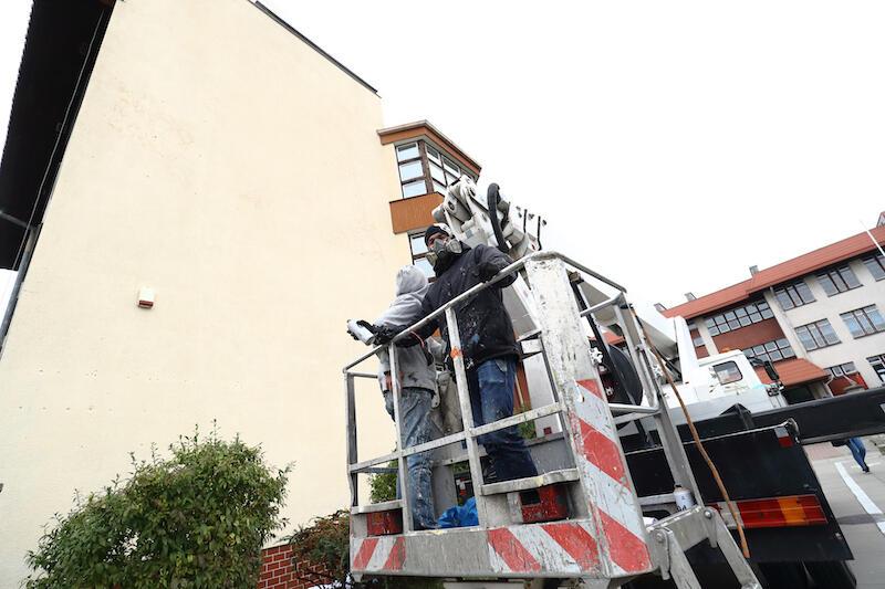 Prace nad nowym, ekologicznym muralem Looney rozpoczął w poniedziałek 19 października. Etap pierwszy to przygotowanie ściany, czyli szpachlowanie i malowanie. Etap drugi, to naniesienie szkicu