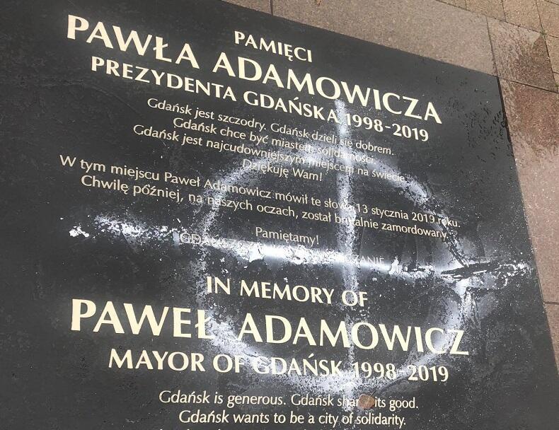 Zdewastowana tablica tuż przez wyczyszczeniem jej przez służby Gdańskiego Zarządu Dróg i Zieleni