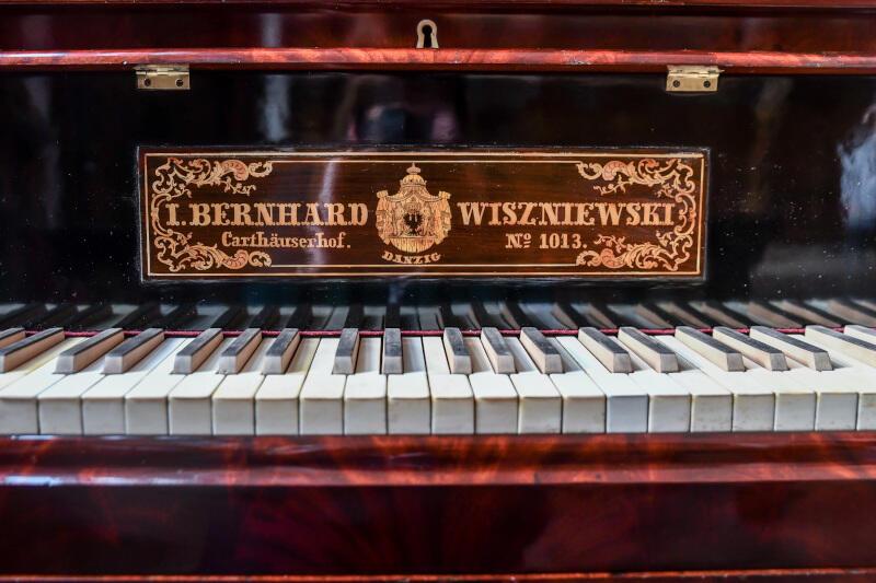 Najstarszy gdański fortepian prawie 190 lat. Dzięki pieczołowitej konserwacji wciąż zadziwia głębią swojego dźwięku i świadczy o fachu dawnych gdańskich konstruktorów instrumentów muzycznych z rodziny Wiszniewskich. O tym, jak brzmi, będzie można się przekonać w sobotę, 24 października, online