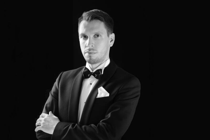 Dr Maciej Gdański jest wykładowcą na gdańskiej Akademii Muzycznej, i utytułowanym pianistą - jest laureatem wielu konkursów międzynarodowych i ogólnopolskich, między innymi Międzynarodowego Konkursu Pianistycznego Bradshaw & Buono w Nowym Jorku