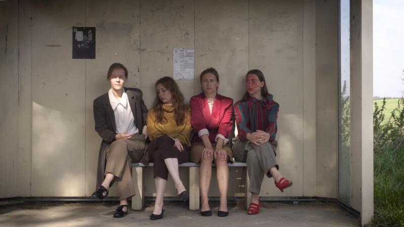 """Spektakl usieciowiony """"Portrety beznadziejne"""" do kontynuacja projektu Hertz Haus z 2017 roku. Spektakl opowiada o procesie definiowania siebie wobec społeczeństwa, wobec własnych filtrów kształtujących autoportret"""