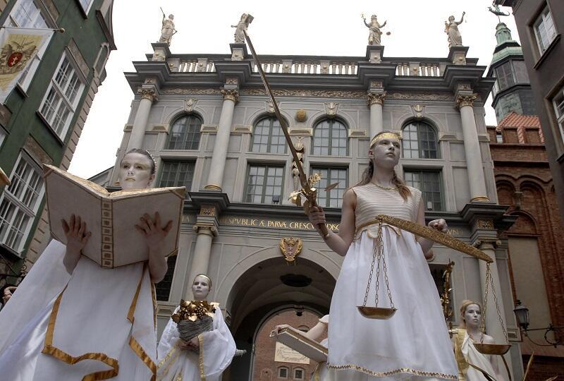 W 2008 roku alegorie cnót zstąpiły nawet ze Złotej Bramy, w ramach gdańskiego Areopagu. Od lewej, z przodu: Szacunek i Sprawiedliwość, za nim Dobrobyt i Pokój