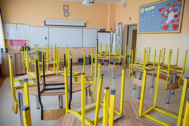 Szkoła Podstawowa nr 16 w Gdańsku, pusta klasa w czasie pierwszego `edukacyjnego lockdownu` marze - czerwiec 2020 r.