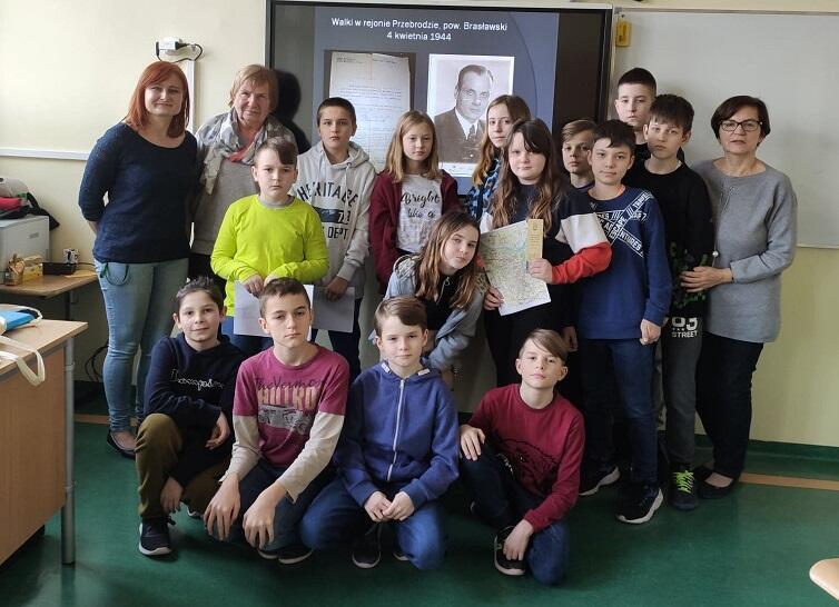 Bożena Kisiel z wizytą w Szkole Podstawowej nr 59 w Gdańsku, luty 2020. Stoją od lewej: Beata Ptasińska, Bożena Kisiel