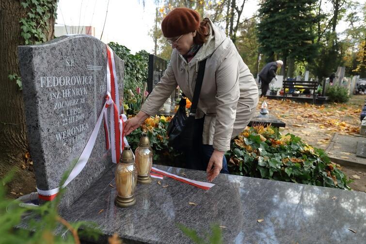 Na gdańskich nekropoliach spoczywa wielu znanych i nieznanych bohaterów - początek listopada to dobry czas, by zatrzymać się nad grobem, któregoś z nich, posprzątać, zapalić znicz i umieścić biało czerwoną wstążkę...
