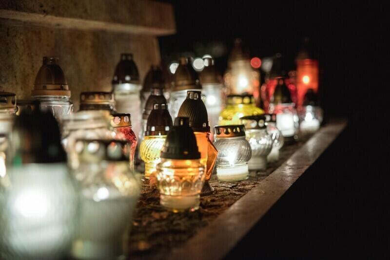 Gdańszczanie każdego roku licznie odwiedzają cmentarze na Wszystkich Świętych. Ale w tym roku trzeba pamiętać o trwającej epidemii - warto zaplanować wizytę wcześniej, skorzystać z bocznego wejścia, itd. Obowiązkowe są też maseczki lub przyłbice, zachowanie dystansu społecznego i dezynfekcja rąk
