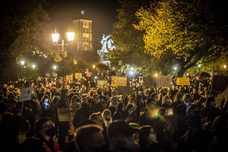 Wokół pomnika króla Jana III Sobieskiego na Targu Drzewnym zebrało się znacznie ponad tysiąc osób
