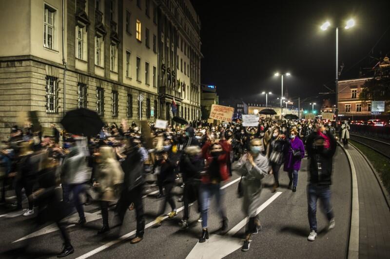 Manifestanci przeszli ulicami Śródmieścia - tutaj na ul. Wały Jagiellońskie, w pobliżu kościoła św. Elżbiety