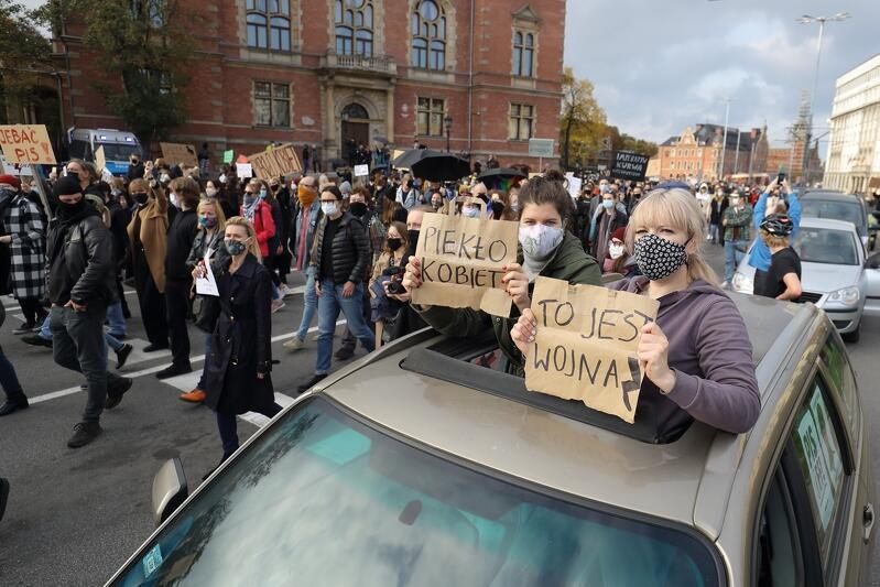 Demonstracje przeciwko decyzji Trybunału Konstytucyjnego odbywają się w wielu miastach