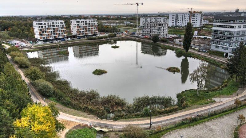 Zbiornik Jabłoniowa już z torem rolkarskim i ścieżką biegową wokół