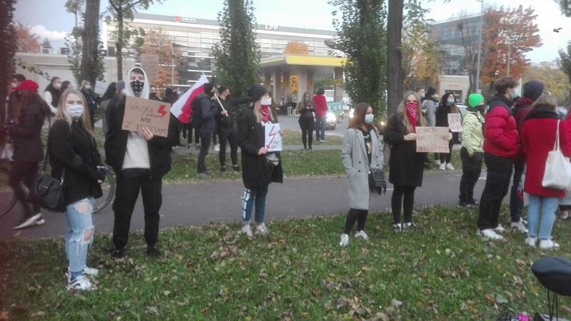 Protestujący w Gdańsku zebrali się przy Operze Bałtyckiej