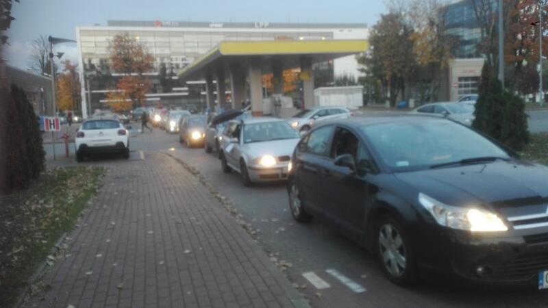 Samochody ruszają spod Opery Bałtyckiej