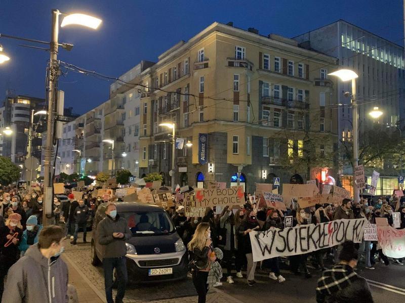 Protestujący w Gdyni, w okolicach Urzędu Miasta