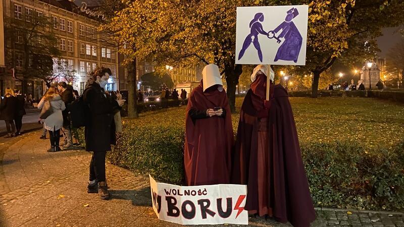 Protestujący zbierają się przy pomniku króla Jana III Sobieskiego