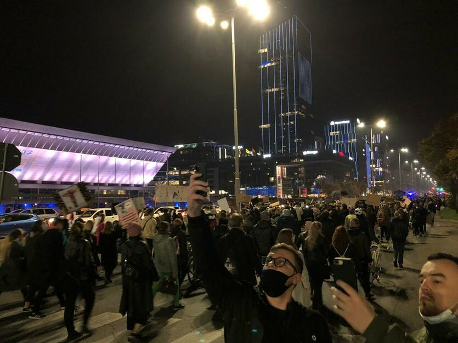 Protestujący niedaleko hali Oliwia