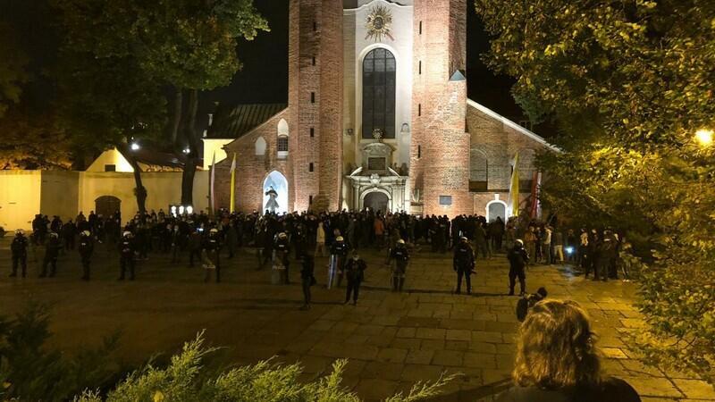 Przy Katedrze Oliwskiej nacjonaliści oddzieleni przez kordon policji od protestujących