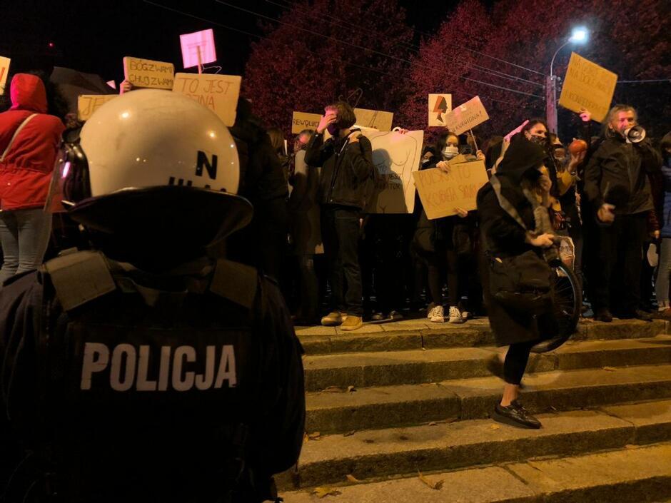Policja oddziela protestujących od grupy nacjonalistów przed Katedrą Oliwską