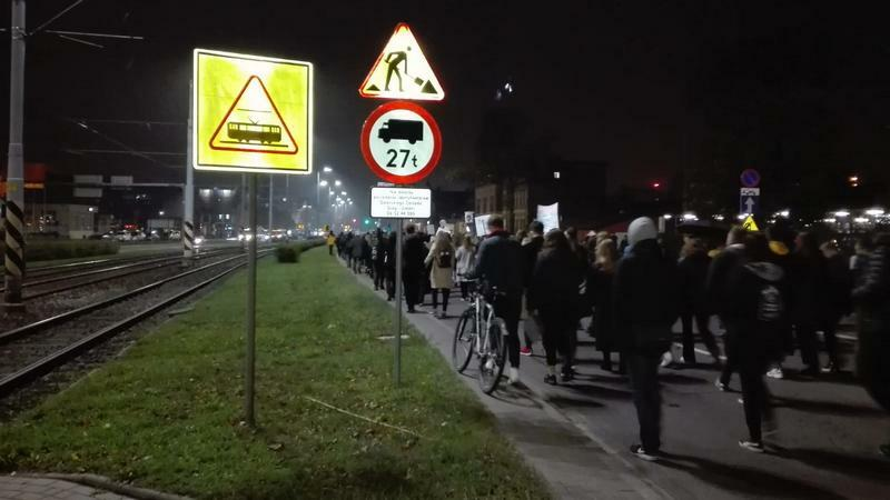 Protestujący zataczają koło: zbliżają się do dworca PKP Gdańsk Główny