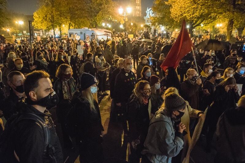 Protestujący na Targu Drzewnym pod siedzibą posłów PiS