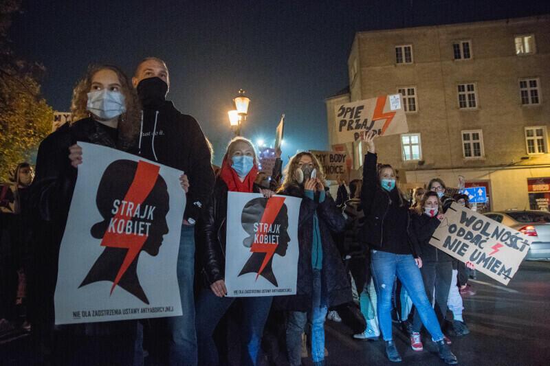 Protesty w związku z decyzją Trybunału Konstytucyjnego dot. zaostrzenia prawa antyaborcyjnego trwają. Organizowane są w całej Polsce, tylko w Trójmieście każdego dnia udział w nich biorą tysiące osób. Nz. manifestacja na Targu Drzewnym