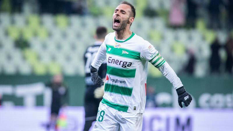 Flavio Paixao zdobył gola na 3:1 z rzutu karnego. Tutaj podczas meczu z poprzedniego sezonu w Gdańsku z Piastem Gliwice