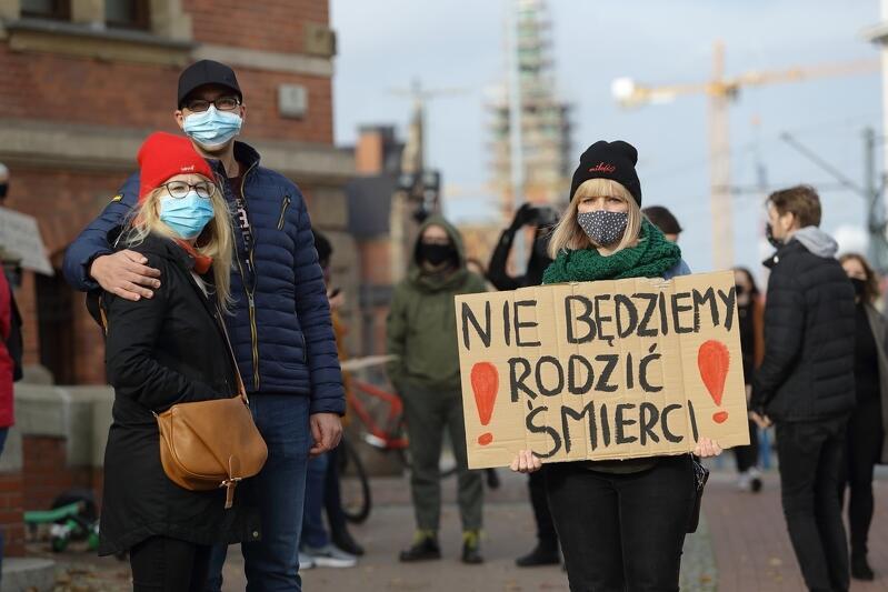 Nie będziemy rodzić śmierci to jedno z dziesiątek haseł z którymi ludzie w całej Polsce wychodzą na ulice