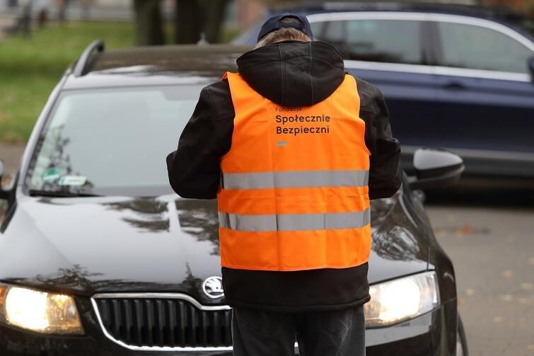 Na parkingu przy ul. Lawendowej pracują podopieczni Fundacji Społecznie Bezpieczni