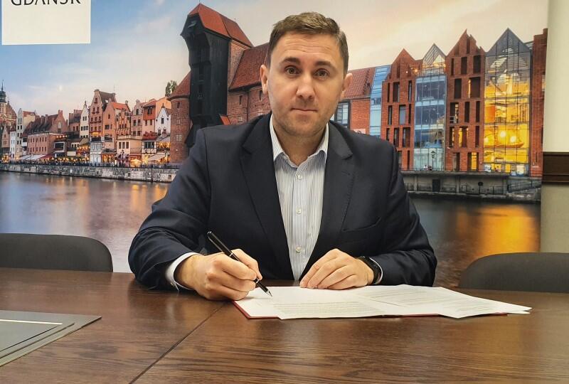 Piotr Borawski podczas podpisywania aplikacji do tytułu Zielona Stolica Europy